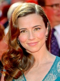 file_5302_linda-cardellini-long-curly-brunette-sophisticated-hairstyle-275