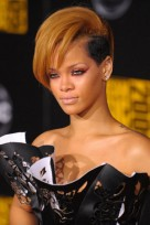 file_151_14341_rihanna-hairstyles-blonde-faux-hawk