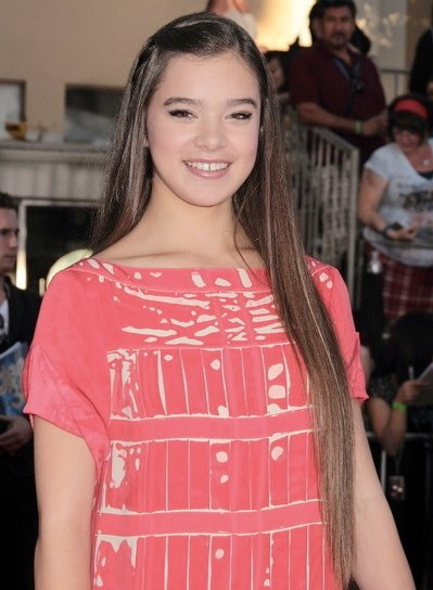 Hailee Steinfeld Long, Straight, Brunette Hairstyle