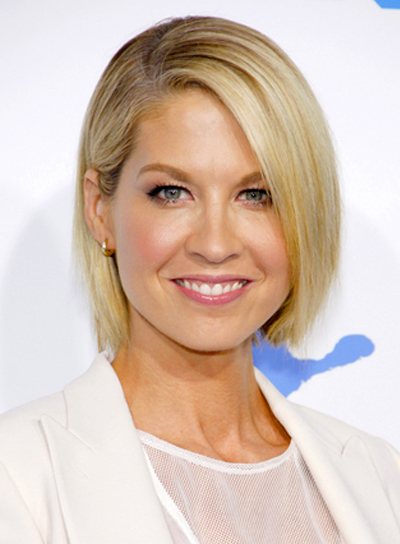 Jenna Elfman's Short, Straight, Blonde, Chic Hairstyle