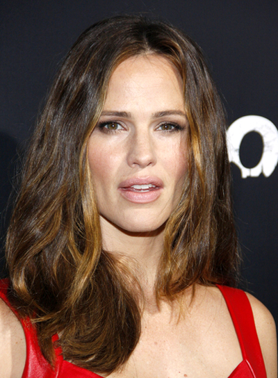 Jennifer Garner's Tousled, Wavy, Brunette, Hairstyle with Highlights