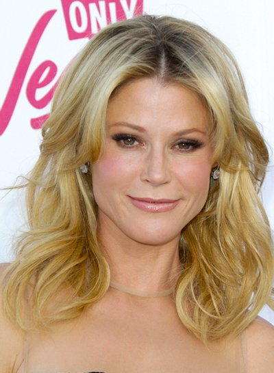 Julie Bowen's Tousled, Wavy, Medium, Blonde Hairstyle