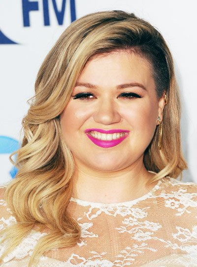 Kelly Clarkson with a Long, Blonde, Romantic, Wavy Hairstyle