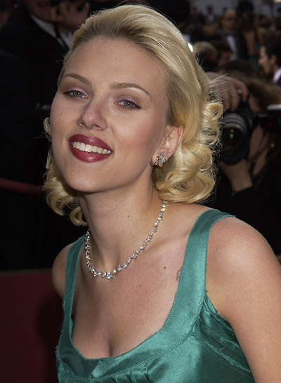 Scarlett Johansson Curly, Blonde, Romantic Hairstyle