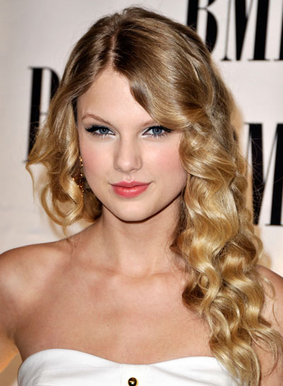 Taylor Swift Medium, Romantic, Curly, Blonde Hairstyle